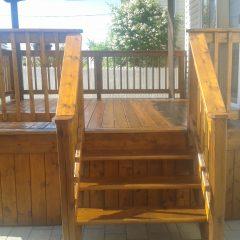 L'entretien et la teinture sur un patio en bois traité